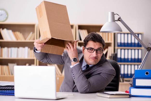 Zakenman die pakket in bureau ontvangt