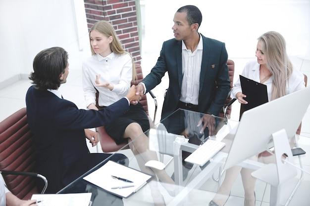 Zakenman die partnerhand schudt na succesvolle onderhandelingen