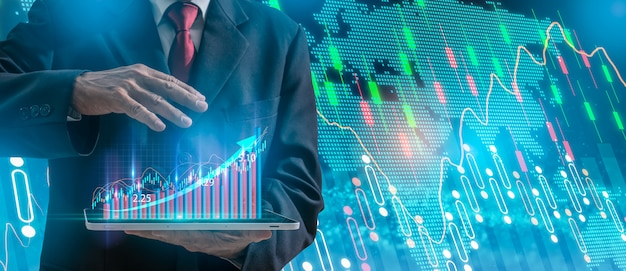 Zakenman die pijlgrafiek collectief toekomstig groeiplan richten, hand met symbolen van de voorraad de financiële grafiek die uit hand komen.
