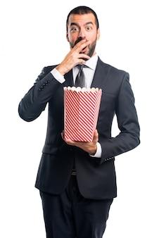 Zakenman die popcorns eet