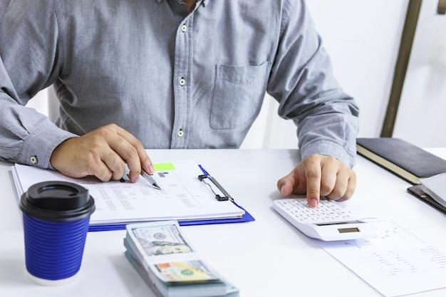Zakenman die rekeningen controleert. belastingen bankrekening en het berekenen van de jaarrekening van het bedrijf. boekhoudkundige audit concept.