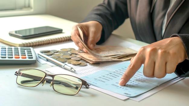 Zakenman die rekeningen en bedrijfsinkomsten controleert, het concept van financieel beheer en financiering.
