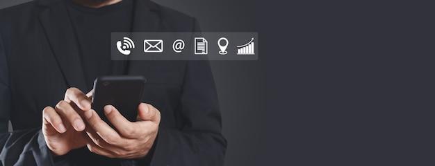 Zakenman die smartphone met contact en werkpictogrammen gebruikt. applicatie online technologie informatie verbinding op mobiele telefoon.