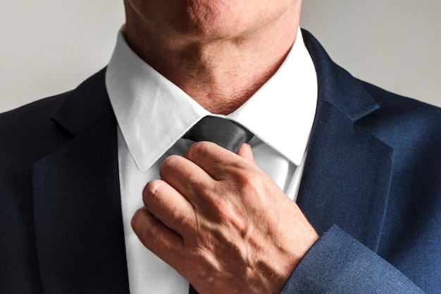 Zakenman die stropdas draagt, zich klaarmaakt om te werken