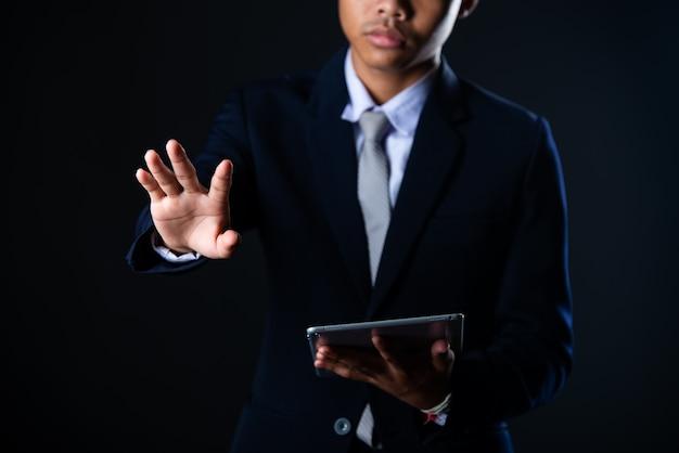Zakenman die tablet gebruiken die verkoopgegevens en de economische grafiek van de de groeigrafiek, technologie analyseren
