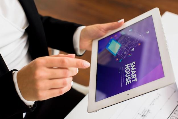 Zakenman die tabletclose-up gebruiken