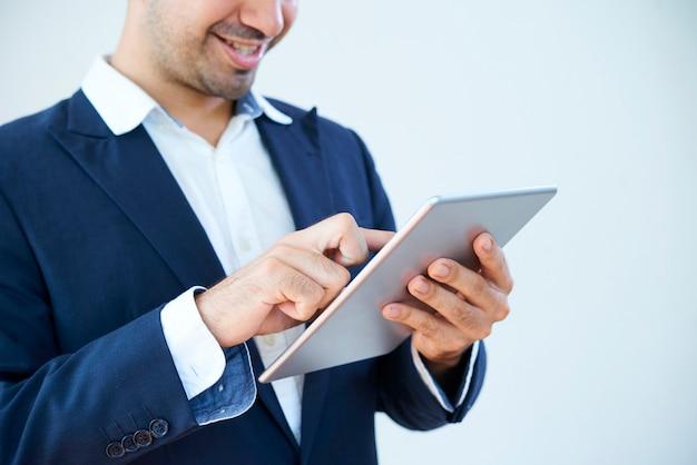 Zakenman die tabletpc gebruikt