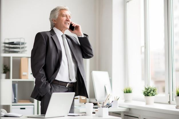 Zakenman die telefonisch spreekt
