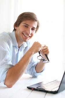 Zakenman die thuis laptop met behulp van