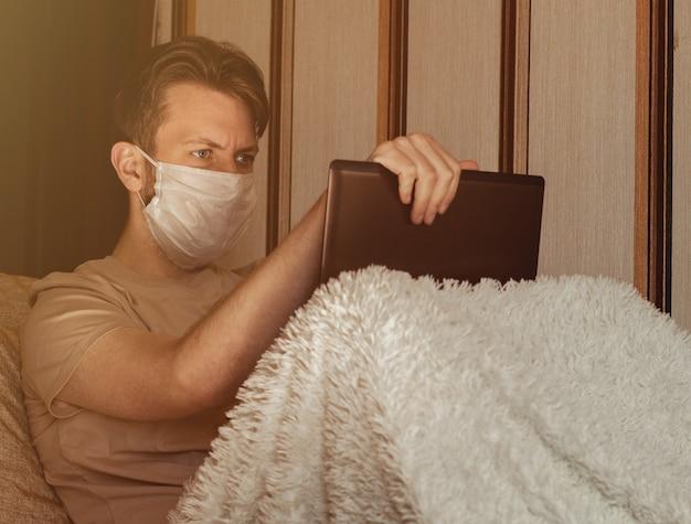 Zakenman die vanuit huis werkt, draag een beschermend masker