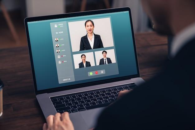 Zakenman die videogesprekbijeenkomst voor team online maakt en werkprojecten presenteert