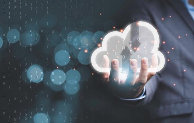 Zakenman die virtuele cloud computing bij de hand houdt om gegevensinformatie over te dragen en een downloadtoepassing te uploaden. technologie transformatie concept.