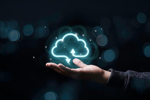 Zakenman die virtuele cloud computing houdt om gegevensinformatie over te dragen en downloadtoepassing te uploaden. technologie transformatie concept.