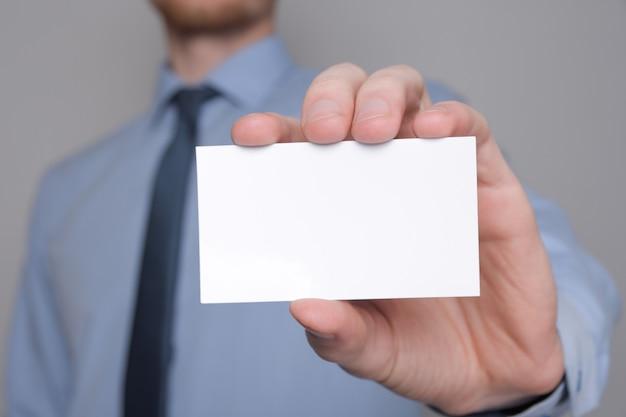 Zakenman die visitekaartje toont