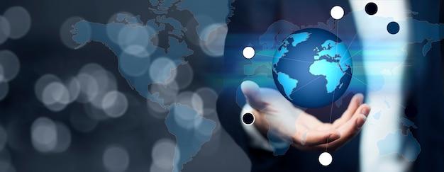 Zakenman die wereldwijd netwerk en gegevensuitwisselingen over de hele wereld houdt