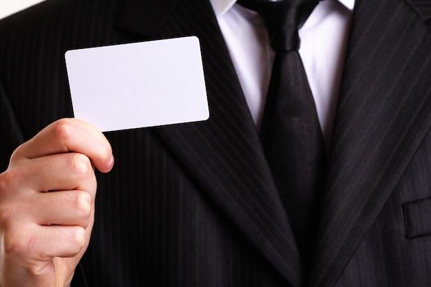 Zakenman die zijn adreskaartje toont. u kunt hier gewoon uw tekst toevoegen.