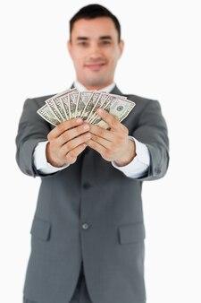 Zakenman die zijn bankbiljetten voorstelt