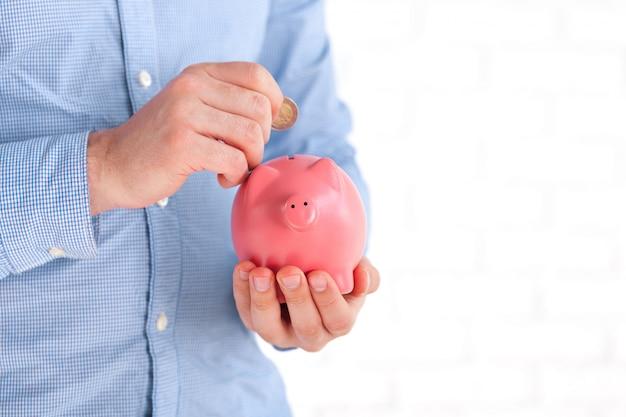 Zakenman die zijn besparingen beschermt