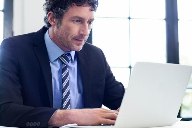 Zakenman die zijn laptop met behulp van bij restaurant