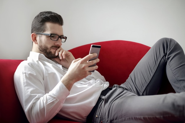 Zakenman die zijn smartphone controleert
