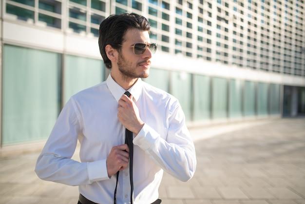 Zakenman die zijn stropdas aanpast