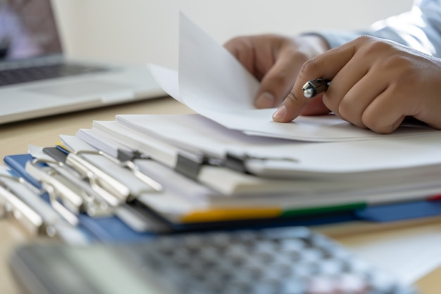 Zakenman documenten bedrijfsrapport papers, baan succes analyseer document plannen