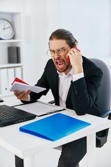 Zakenman documenten werk kantoor laptop levensstijl. hoge kwaliteit foto
