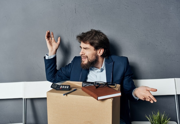 Zakenman doos met dingen zoeken naar een baan emoties wachten.