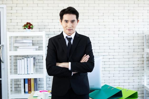 Zakenman draagt een pak op kantoor