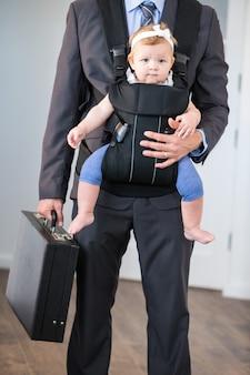 Zakenman dragende dochter en aktentas