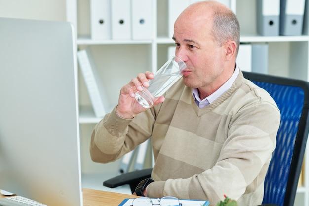 Zakenman drinkwater