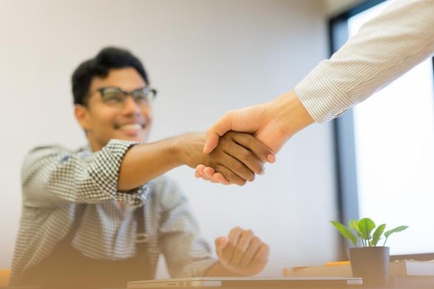 Zakenman eigenaar handbewegingen met partner of verkoper na succesvolle deal
