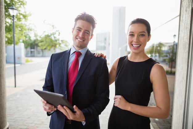 Zakenman en collega die digitale tablet houden