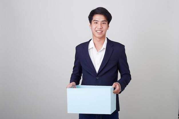 Zakenman en kartonnen doos te houden