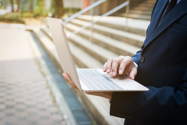 Zakenman en laptop