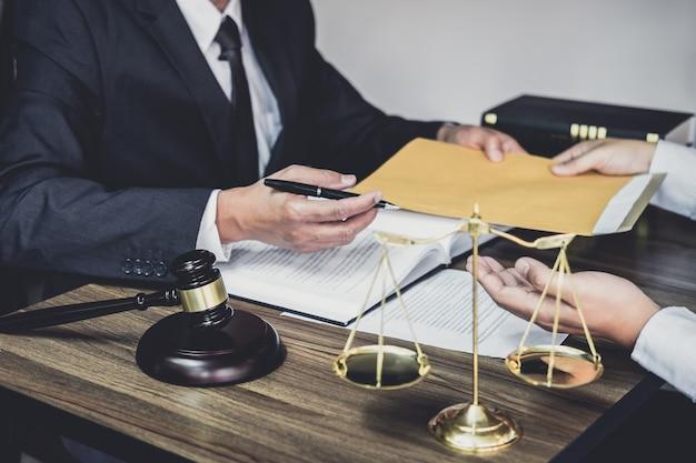 Zakenman en mannelijke advocaat of rechter raadplegen met teamvergadering