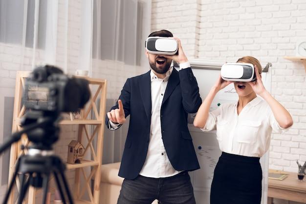 Zakenman en onderneemster die vr-virtuele werkelijkheid gebruiken.