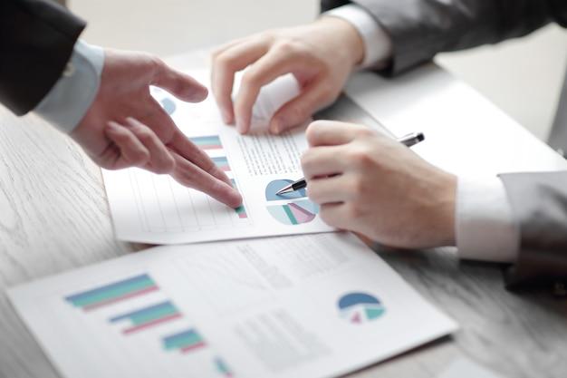 Zakenman en partner stellen bedrijfsplannen voor aan jonge ondernemers om de handelsprestaties op lange termijn te verbeteren
