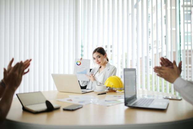 Zakenman en slimme vrouw mensen groep aanwezig collega's laatste winst financiële gegevens uit te leggen