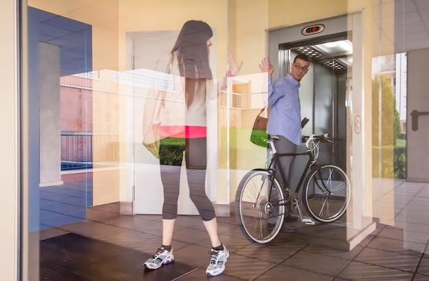 Zakenman en sportief meisje zwaaien achter glas