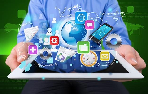 Zakenman en tablet pc met abstracte zakelijke pictogrammen op background