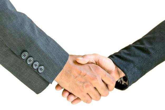 Zakenman en vrouw die elkaar de hand schudden om samen te werken