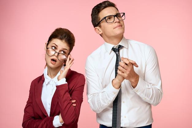 Zakenman en vrouw in bureaukleren