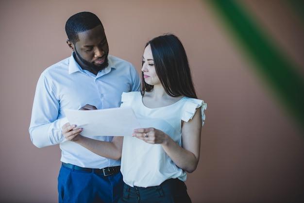 Zakenman en vrouw met papier