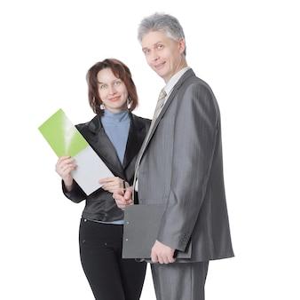 Zakenman en vrouwelijke assistent bespreken werk issues.isolated op witte achtergrond