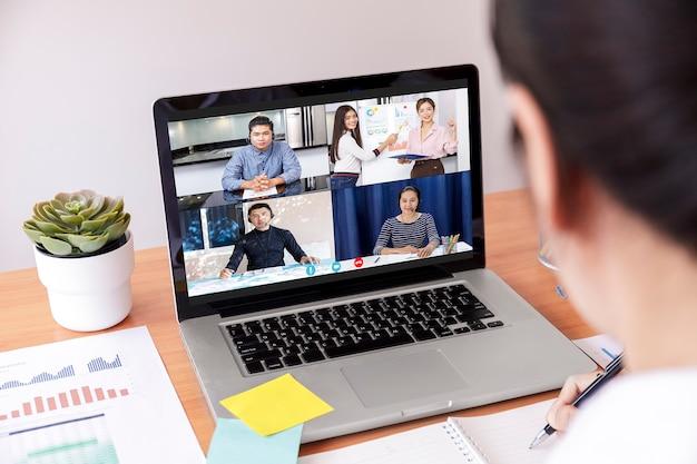 Zakenman en zakenvrouw analyse financiële grafiek met videoconferentie onlinevergadering.