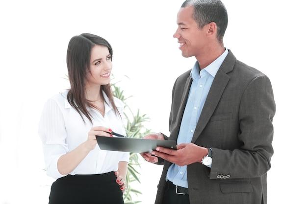 Zakenman en zakenvrouw bespreken de voorwaarden van het contract.business-concept