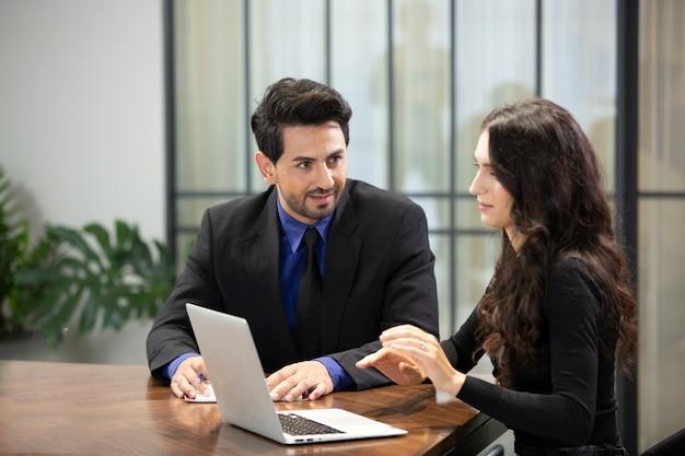 Zakenman en zakenvrouw bespreken werk in moderne kantoren