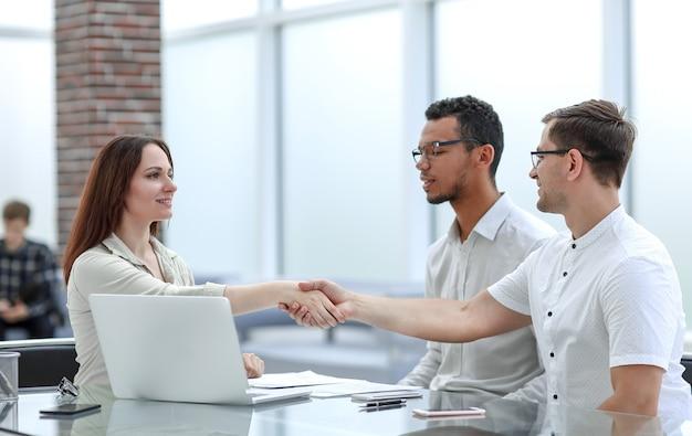 Zakenman en zakenvrouw handen schudden om hun deal te bevestigen. concept van samenwerking