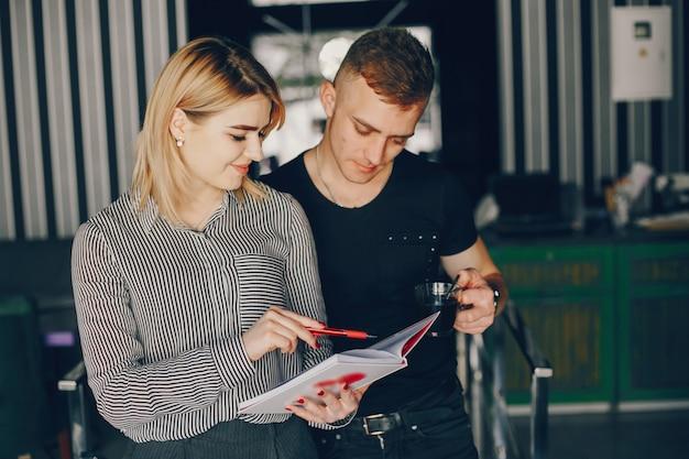 Zakenman en zakenvrouw in een café